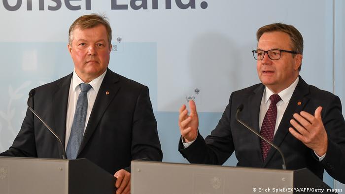 """""""S najvećom odgovornošću i u skladu s tadašnjim saznanjima"""": premijer Tirola Ginter Plater (desno) i pokrajinski ministar zdravlja Bernhard Tilg"""