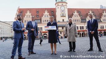 Μπροστά στο δημαρχείο της Λειψίας οι Γεράσιμος Μπέκας, Μπούρκχαρντ Γιούνγκ, Φρανσίσκα Γκίφαϊ, ο Γιώργος Βούτσινος και Κώστας Ζέρβας