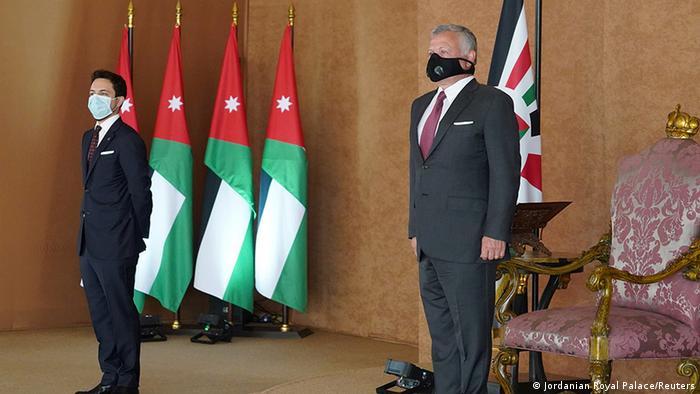الملك الأردني عبدالله الثاني وولي عهده الحسين أثناء أداء الحكومة الجديدة برئاسة بشر الخصاونة اليمين الدستورية (12/10/2020)