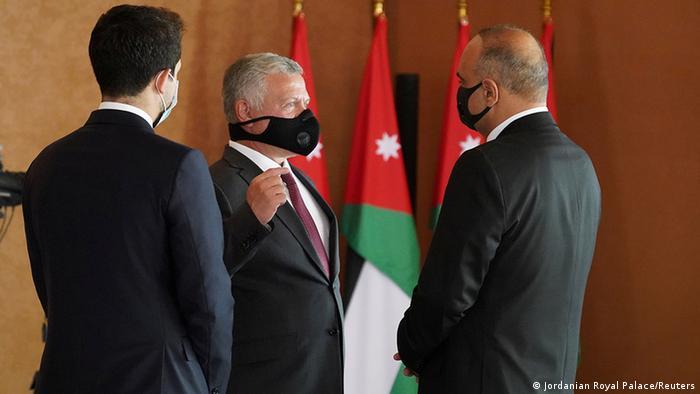 بشر الخصاونة رئيس الحكومة الأردنية الجديدة في مراسم أداء اليمين أمام الملك عبدالله الثاني وولي العهد الحسين