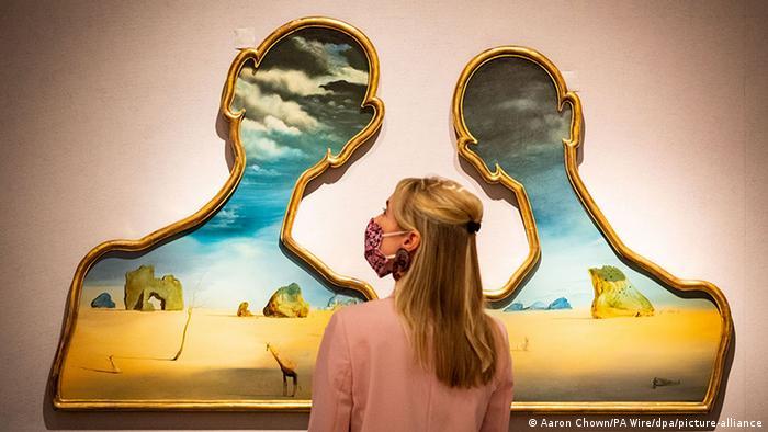 BdTD | Großbritannien | Salvador Dalís Kunstwerk «Couple aux tetes de pleins nuages» (Aaron Chown/PA Wire/dpa/picture-alliance)