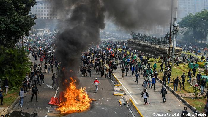 Demo omnibus law (Antara Foto/Galih Pradipta/Reuters)