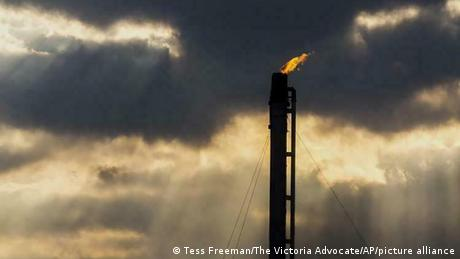 Gas abfackeln (Tess Freeman/The Victoria Advocate/AP/picture alliance)