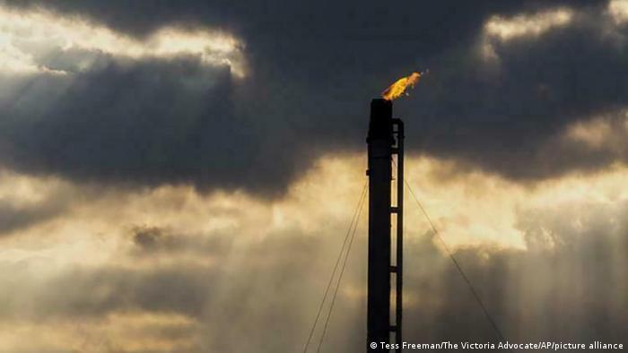 Gas abfackeln (Tess Freeman/The Victoria Advocate/AP/picture alliance)