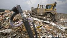 Ein Bohrloch sammelt Methan aus verrottendem Abfall auf der C&C Mülldeponie während dahinter ein Bulldozer Müll planiert; das Methan wird von den Gas Recovery Systems zur Erzeugung von Strom verwendet, Marshall, Michigan, USA, Nordamerika | Verwendung weltweit, Keine Weitergabe an Wiederverkäufer.