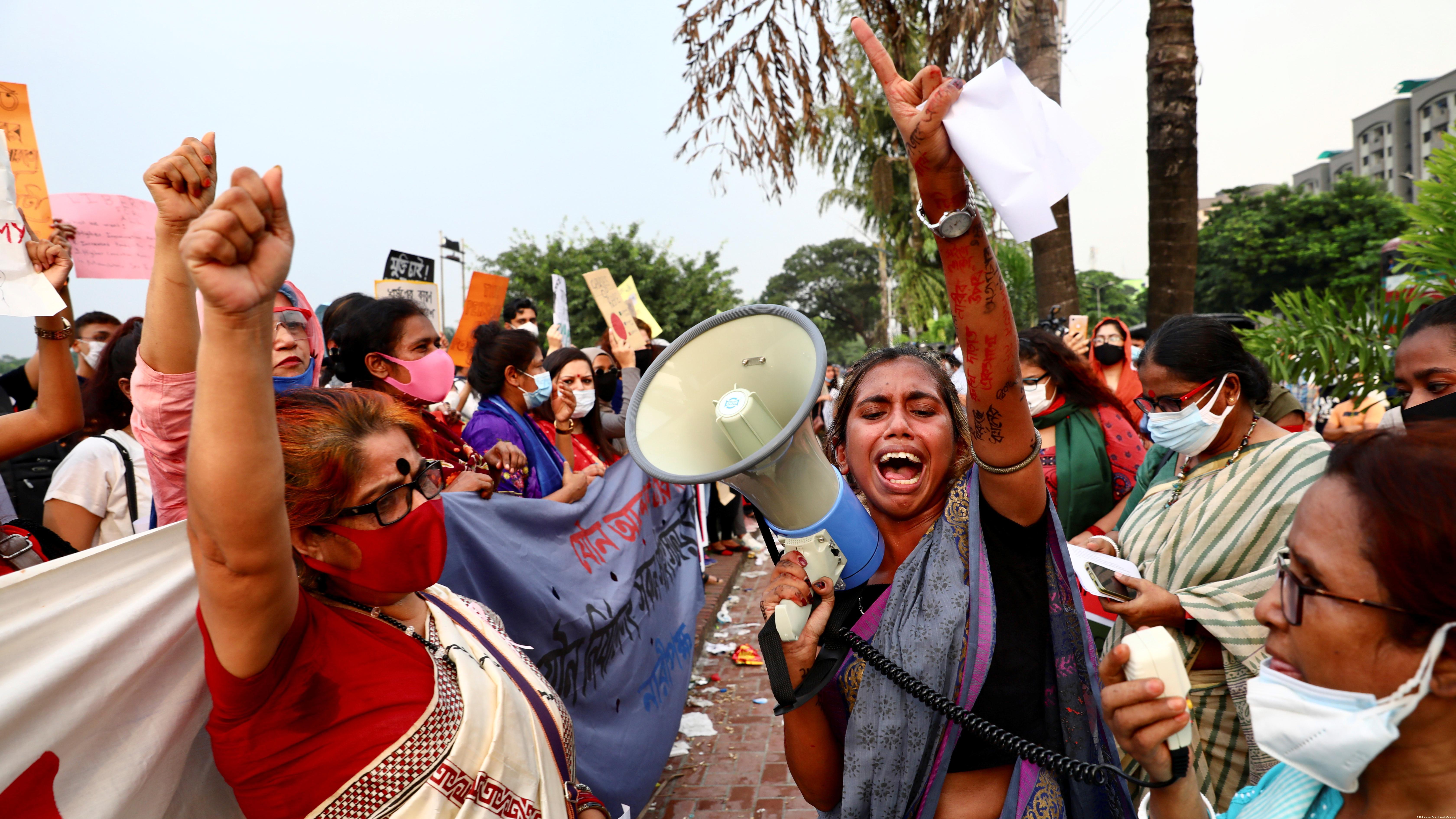 Teilnehmerinnen einer Demonstration (Mohammad Ponir Hossain/Reuters)