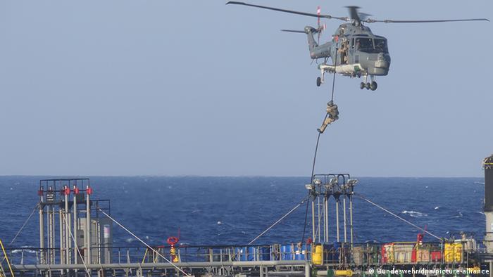 Ein Soldat seilt sich von einem Bundeswehr-Hubschrauber ab, um ein Tankschiff zu kontrollieren (Archivbild)