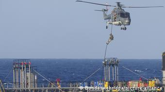Στρατιώτες της φρεγάτας «Hamburg» επιβιβάζονται σε πλοίο από τα Ηνωμένα Αραβικά Εμιράτα με προορισμό τη Λιβύη