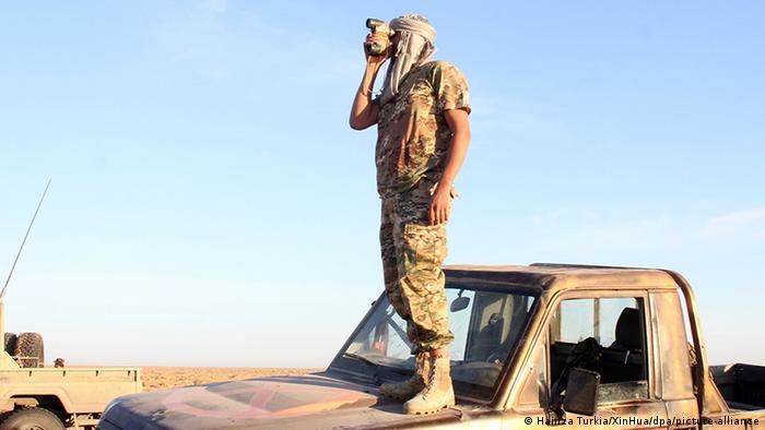 مقاتل تابع للحكومة المعترف بها دوليا قرب قاعدة الوطية العسكرية (مايو/ أيار 2020)