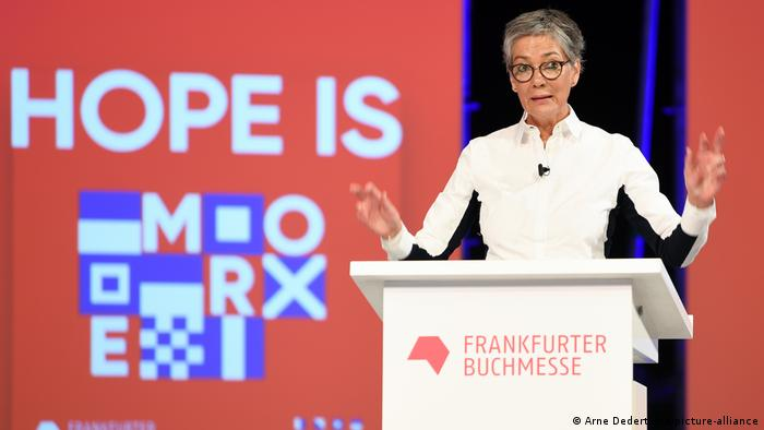 Karin Schmidt-Friderichs speaking from behind a podium at the press conference of the 2020 fair (Arne Dedert/dpa/picture-alliance)