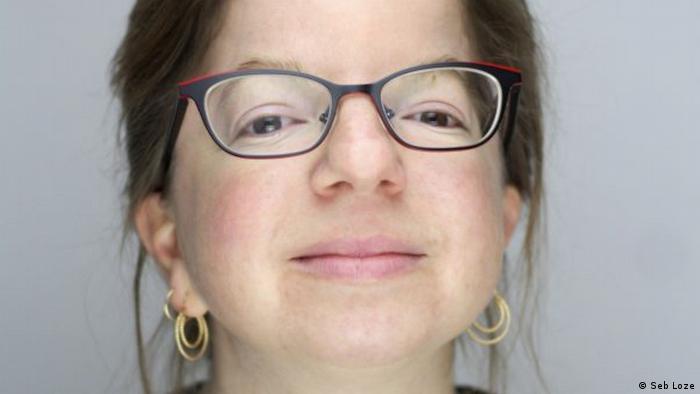 Autorin J.D. Kurtness mit schwarzer Brille und goldenen Kreolen-Ohrringen (Foto: Seb Loze).