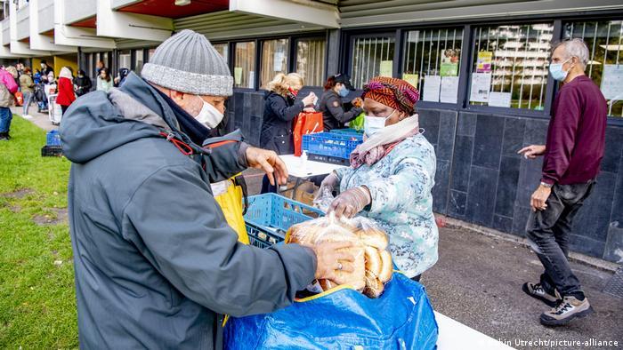 Alimentos donados para personas que han perdido su empleo en Ámsterdam