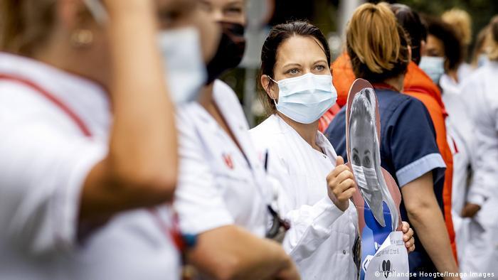 Niederlande Coronavirus | Krankenschwester in Amsterdam (Hollandse Hoogte/Imago Images)
