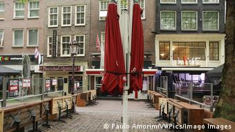 Закрытое уличное кафе в Амстердаме