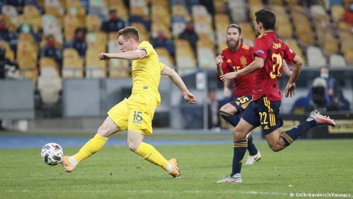 Виктор Цыганков прорывается к воротам