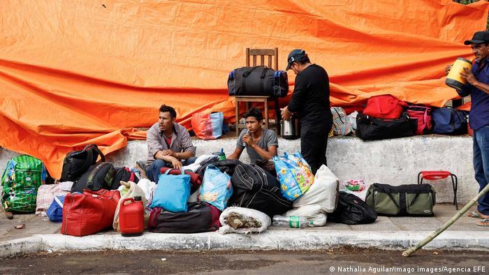 Foto de manifestantes que acampan en la capital paraguaya