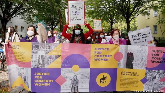 Korean women demonstrating in Berlin