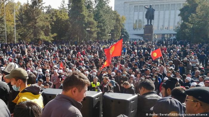 Manifestantes exigen la renuncia del presidente Sooronbai Jeenbekov en las afueras de la sede del gobierno, en la capital Biskek (14.10.2020)