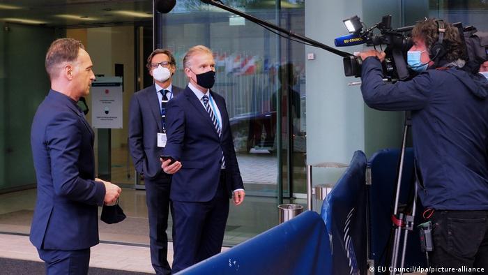 Der deutsche Außenminister Heiko Maas erklärt Pressevertretern die Dringlichkeit der Sanktionen (Foto: EU Council/dpa/picture-alliance)