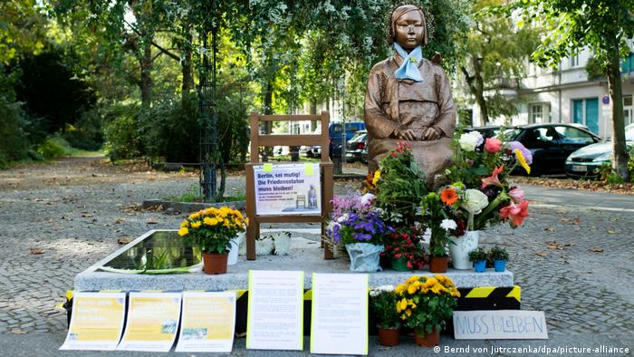 The memorial covered in flowers and protest pamphlets (Bernd von Jutrczenka/dpa/picture-alliance)