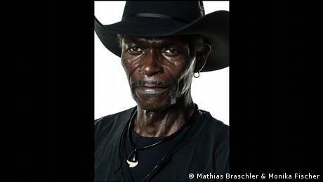 Mann mit dunklem Cowboy-Hut - Porträtfoto aus dem Band Divided We Stand (Mathias Braschler & Monika Fischer)