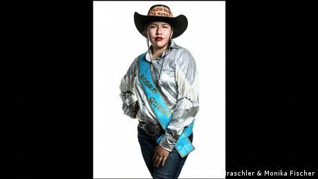Junge Frau mit Cowboy-Hut, silberner Bluse und Schärpe mit dem Aufdruck Rodeo Queen - Porträtfoto aus dem Band Divided We Stand (Mathias Braschler & Monika Fischer)
