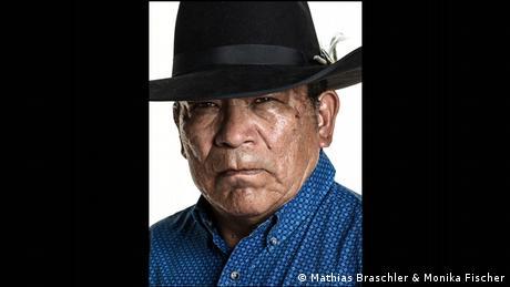 Häuptling der Cheyenne mit schwarzem Hut und blaugemustertem Hemd - Porträtfoto aus dem Band Divided We Stand (Mathias Braschler & Monika Fischer)