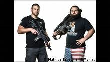 Zwei bewaffnete Amerikaner stehen nebeneinander (Mathias Braschler & Monika Fischer)