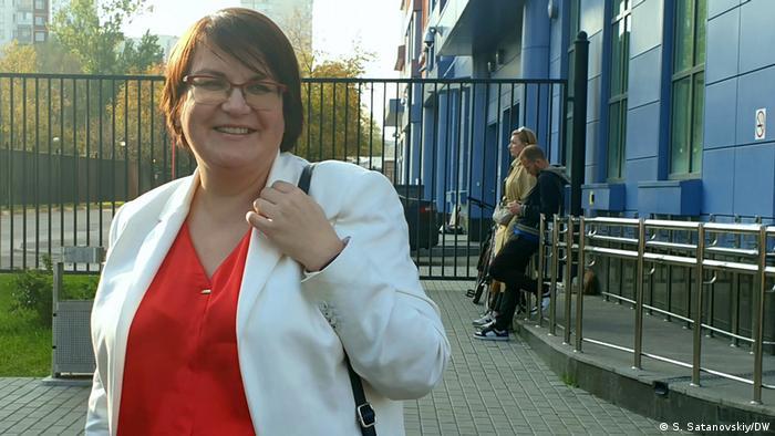 Муниципальный депутат Юлия Галямина у здания суда, 14 октября 2020 года