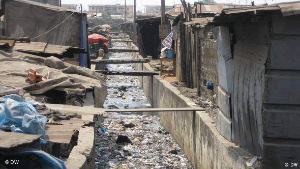 Ein offener Abwasserkanal in Lagos (Foto: DW / Thomas Mösch)