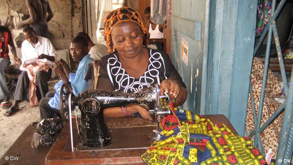 Kleingewerbe in Lagos: Eine Näherin bei der Arbeit im Wohnviertel Mushin (Foto: DW / Thomas Mösch)