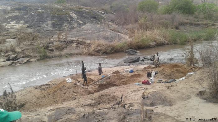 Mosambik Nampula   Goldmine   Bergbaugebiet
