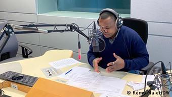 Le journaliste Eric Topona dans le studio Pk1 de la DW à Bonn (Allemagne)