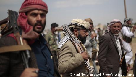 صورة من الأرشيف لمقاتلين حوثيين