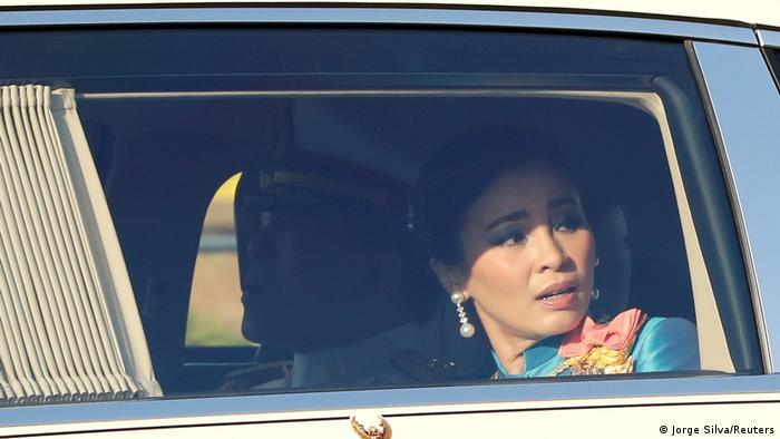 Thailands Königin Suthida ist entsetzt als sie die Demonstrationen gegen die Monarchie in Bangkok erblickt