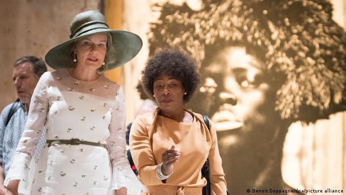 Italien Venedig Königin Mathilde Belgien mit Künstlerin Otobong Nkanga (Benoit Doppagne/dpa/picture alliance)