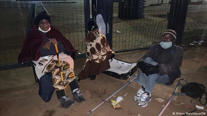 Pessoas aguardam desde às 4 da manhã para receber o valor mensal de alívio social no Soweto