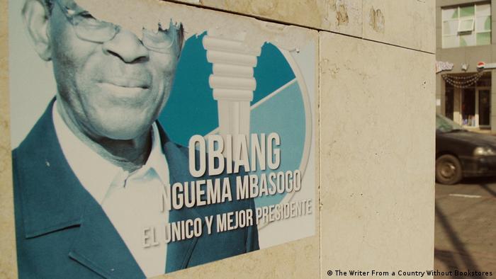 Poster von Äquatorialguineas Präsident Teodoro Obiang / Filmstill aus dem Dokumentarfilm Der Schriftsteller aus einem Land ohne Buchläden