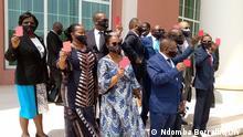 Angola Parlamentarier zeigen der Versammlung die rote Karte