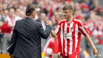 Bayern-Trainer Louis van Gaal gratuliert seinem Spieler Thomas Müller. (Foto: AP)