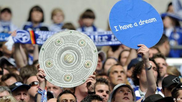 Es hat nicht gereicht: Den Schalke-Fans bleibt mal wieder nur die Salatschüssel aus Pappe. (Foto: AP Photo/Martin Meissner)