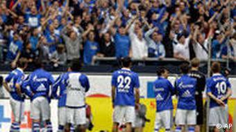 Spieler und Fans des FC Schalke 04 feiern den zweiten Bundesliga-Platz (Foto: AP)