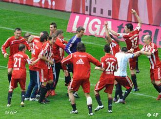 Die Münchener Spieler feiern die 22. Deutsche Meisterschaft nach dem 3:1 am 33. Spieltag gegen Bochum. (Foto: apn/Uwe Lein)