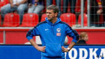 Hertha-Coach Funkel trauert den vergebenen Chancen nach. (Foto: apn Photo/ Roberto Pfeil)