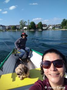 Anita Canto, junto a su esposo Dominik Beck y Tito, su perro.