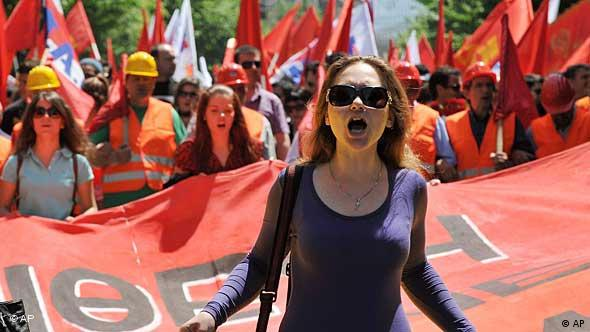 Demonstrantin vor Demonstrationszug in Thessaloniki (Foto: AP)