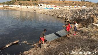Παιχνίδια δίπλα στον νέο καταυλισμό του Καρατεπέ