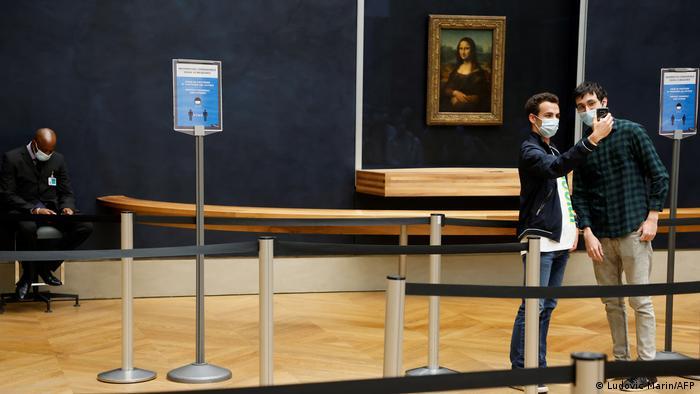 Visitantes do Louvre com máscara no rosto