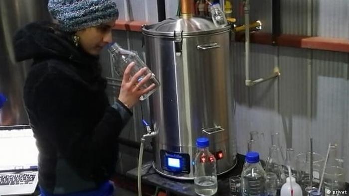Victoria Lobos, ingeniera agrónoma chilena realizando tareas de asesoría de destilación.