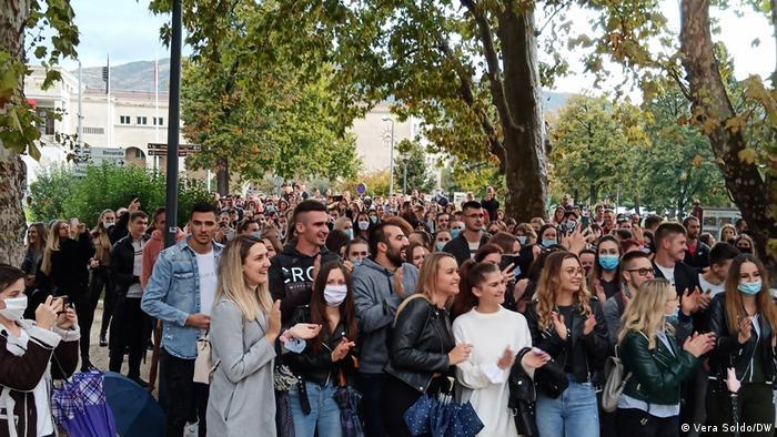 Bosnien und Herzegowina Studierende protestieren gegen Corona-Maßnahmen und Studiengebühren (Vera Soldo/DW)